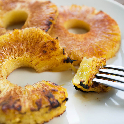 Broiled pineapple with cinnamon