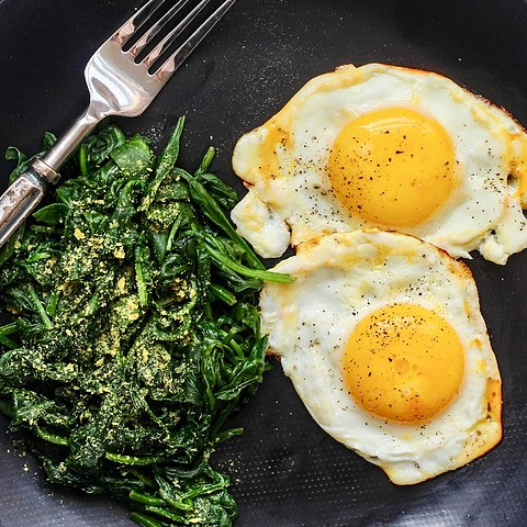 Fried eggs steamed spinach